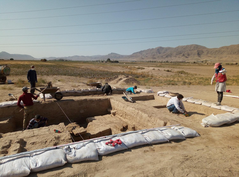 کشف کتیبه تاریخی متعلق به دوره ساسانی در تپه ریوی مانه و سملقان