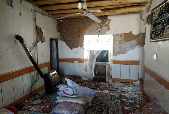 زلزله 50 منزل مسکونی را غیرقابل سکونت کرد/  مردم امشب را خارج از منزل سپری کنند,
