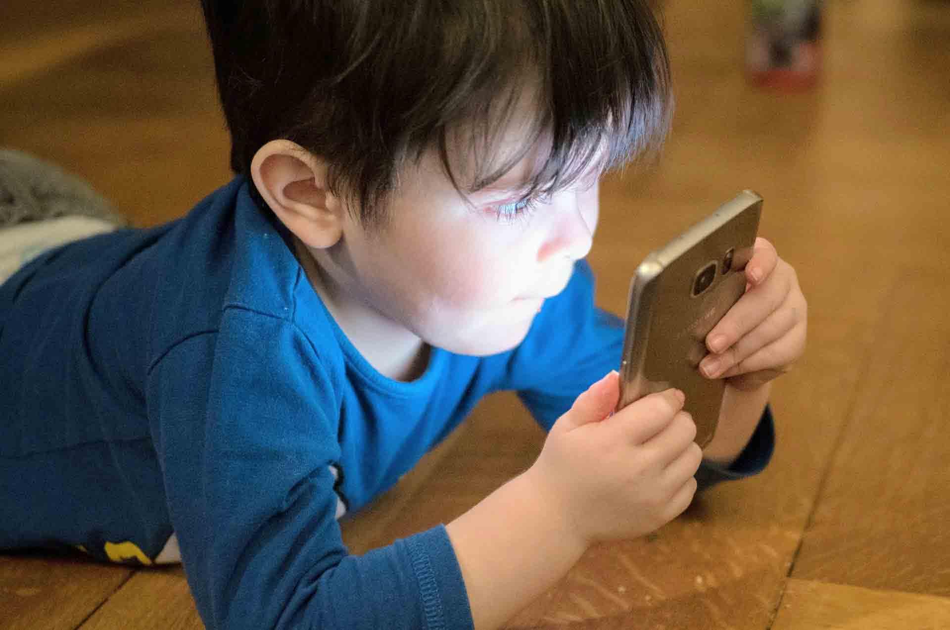 وقت گذراندن بیش از حد کودکان با بازی اینترنتی، تهدیدی برای اعتیاد بعد از 7 سالگی به این بازیها,